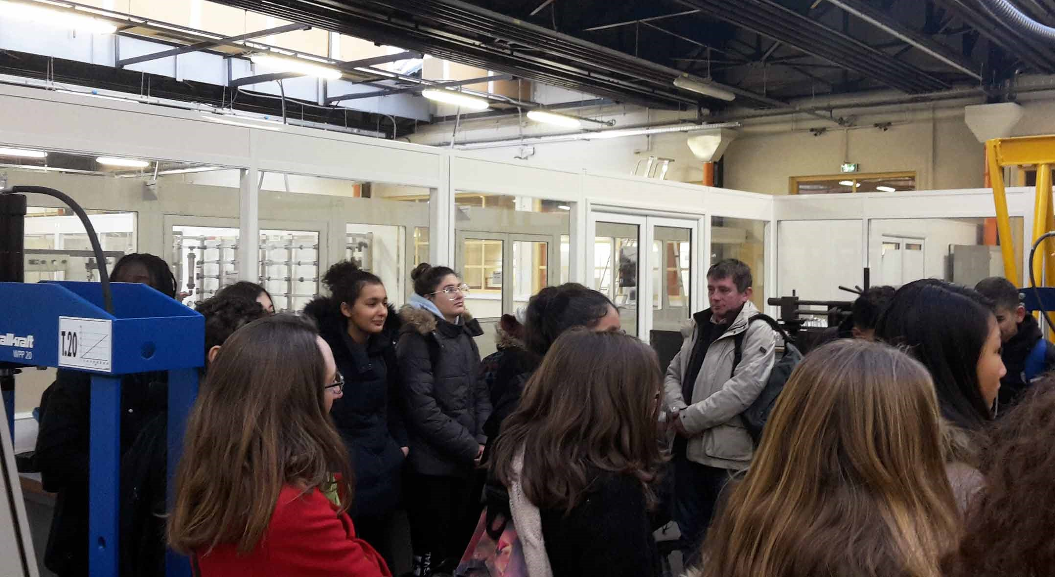 Photo - Les élèves du Collège Jean Macé attentifs aux démonstrations dans la Hall GMP