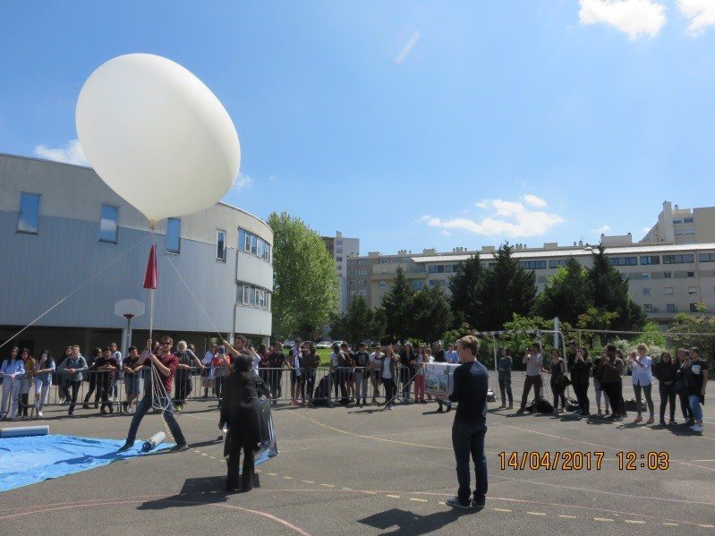 Lycée Colbert (Lyon 8) : lancement du ballon sonde dans la stratosphère. Copyright photo GEII/ IUT Lyon 1