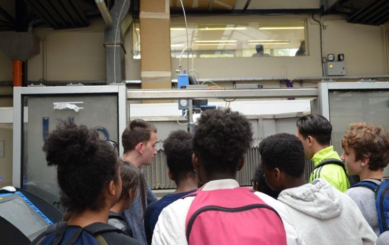 Photo - Visite d'un laboratoire du département GMP